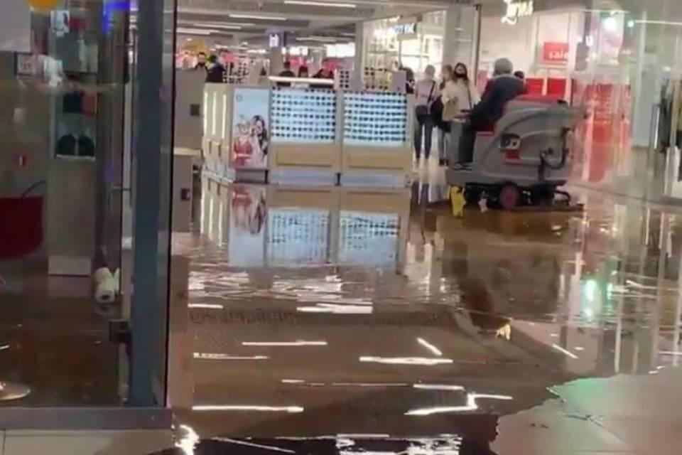 """Мурманск Молл"" затопило после прорыва трубы. Фото: Алина Андрущенко"