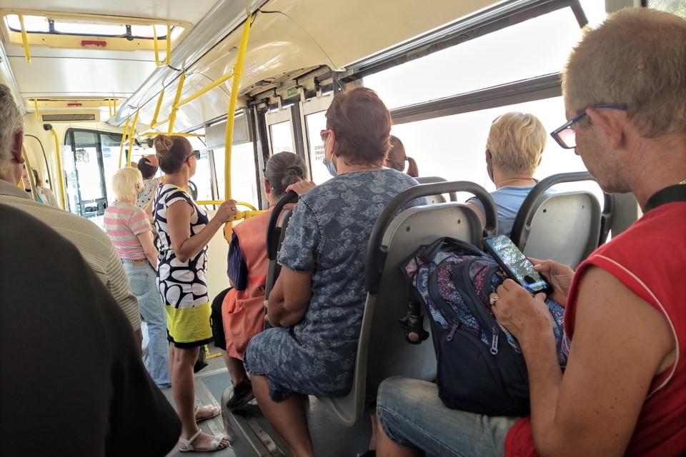 Далеко не во всех автобусах в Ростове работают кондиционеры, и салон превращается в консервную банку на солнце. Фото: КАКАСЬЕВА Александра