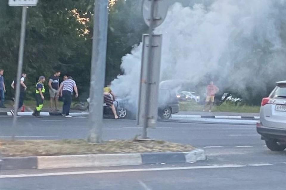 На Московском проспекте в Ярославле загорелся автомобиль. ФОТО: читатель КП