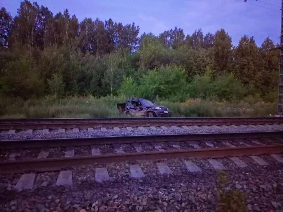 Поезд врезался в оставленный владельцем автомобиль. Фото: Уральская транспортная прокуратура