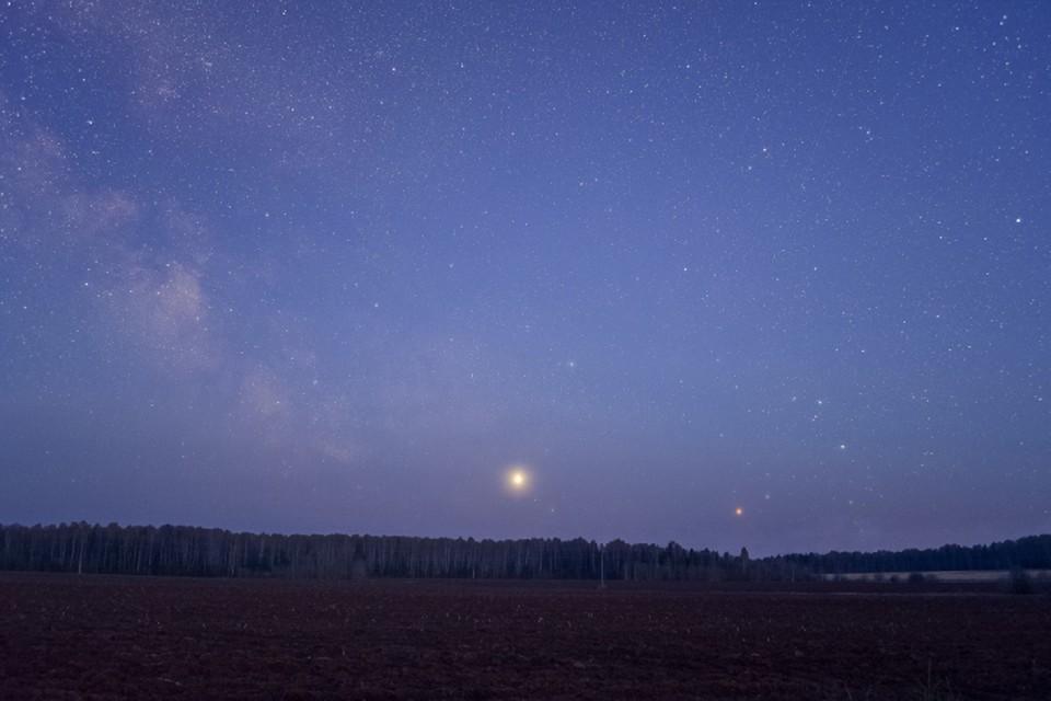 Юпитер будет виден в ночном небе как яркая желтовато-белая звезда. Фото: vk.com/astro_kirov