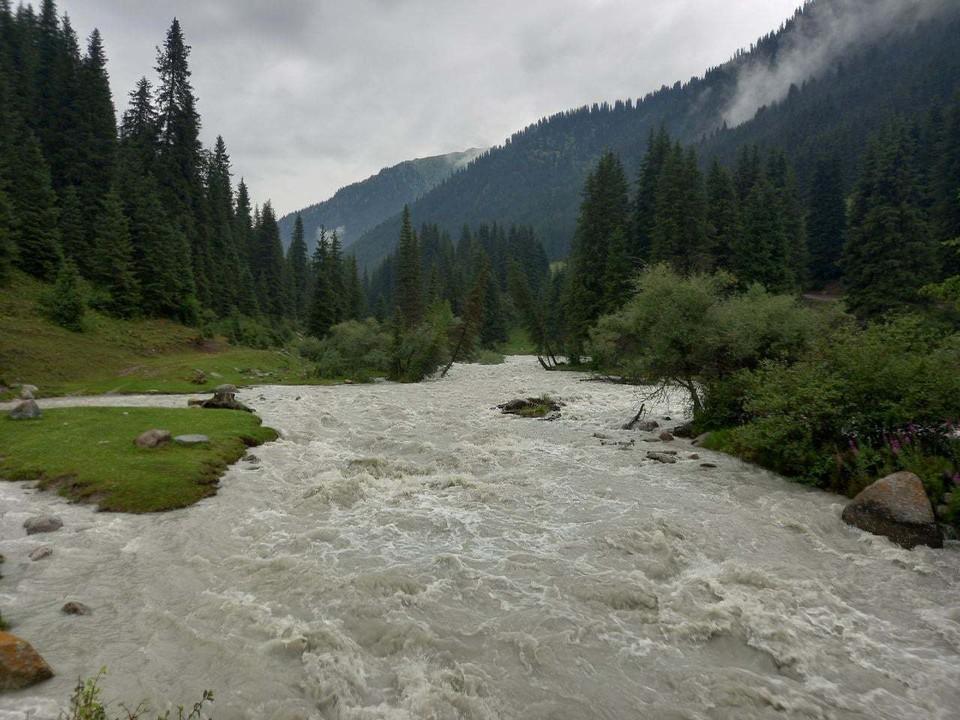 В бурной горной реке нашли одежду пропавшей туристки.