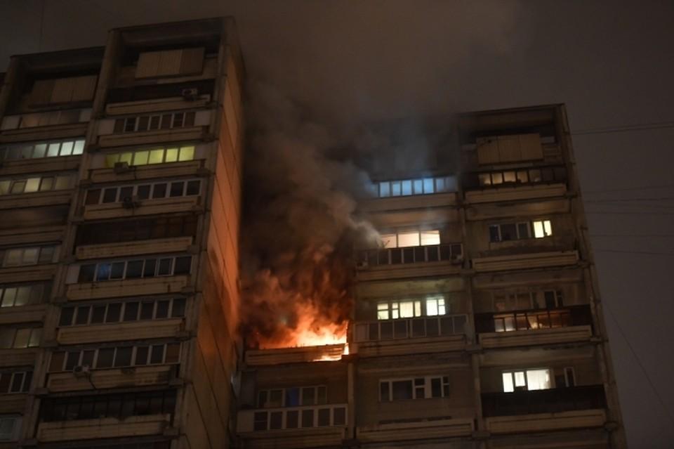 Из балконов, объятых пламенем, валил дым