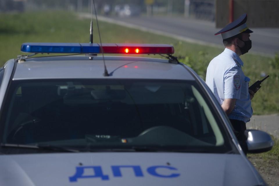 Таксист в Иркутске лихо припарковался перед инспектором ГИБДД, проехав по встречке