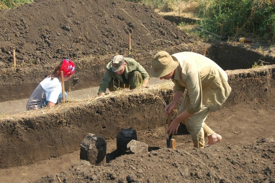 Археологи находят обломки керамических сосудов и каменные предметы быта древних поселений. Фото: пресс-служба Донецкого республиканского краеведческого музея