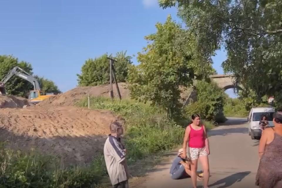 Жители Филино пытаются остановить работы по сносу северной арки моста.