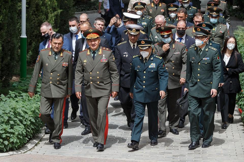 В прилете Сергея Шойгу 28 июля в жаркий Таджикистан есть и скрытая сторона. Она не попадет в официальные отчеты об этом визите. Фото: Пресс-служба Минобороны РФ