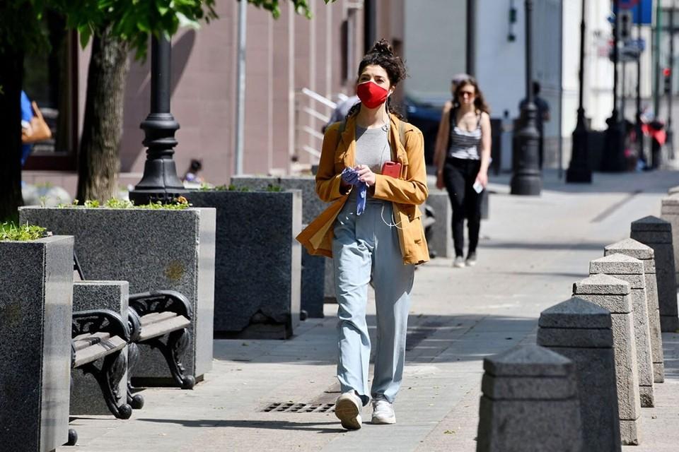 Для профилактики COVID-19 по-прежнему необходимо носить маски для защиты органов дыхания. Фото: Ю. Иванко / Mos.ru