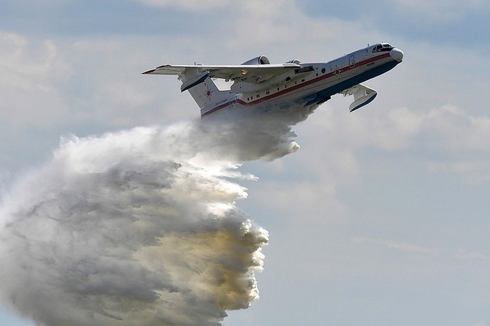 Момент столкновения самолета Бе-200 с горой в Турции попал на видео