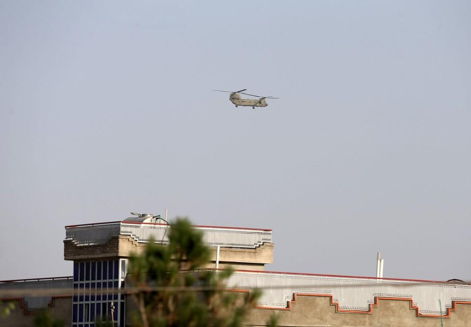 Helicóptero del ejército estadounidense sale de Kabul