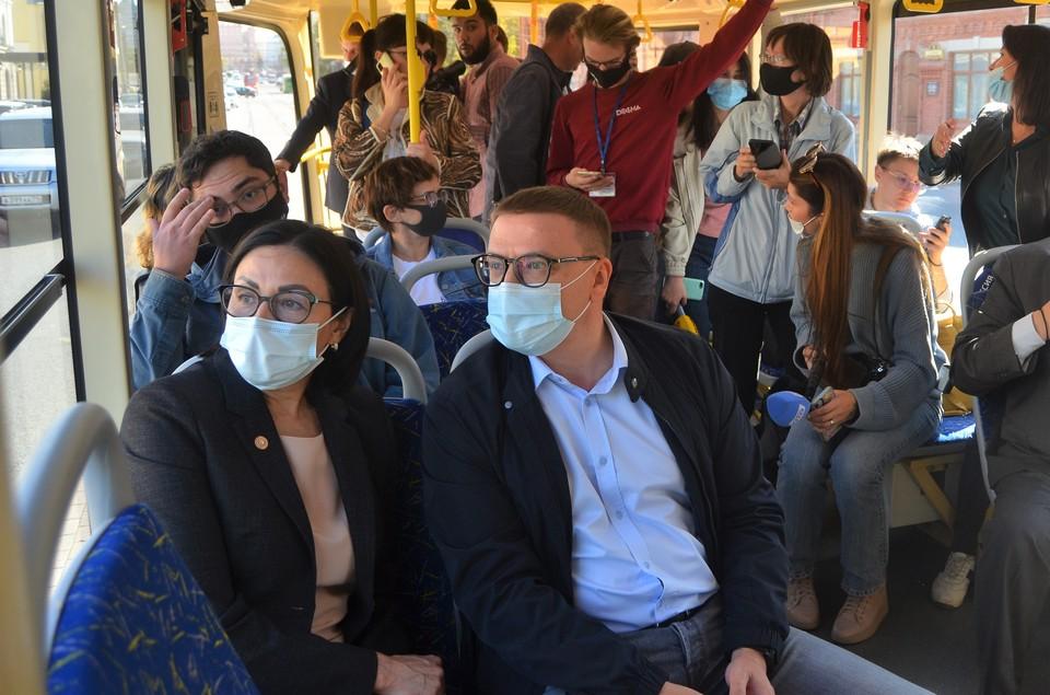 Губернатор Алексей Текслер и глава города Наталья Котова первым рейсом нового трамвая проехали по Челябинску. height=100% width=100%