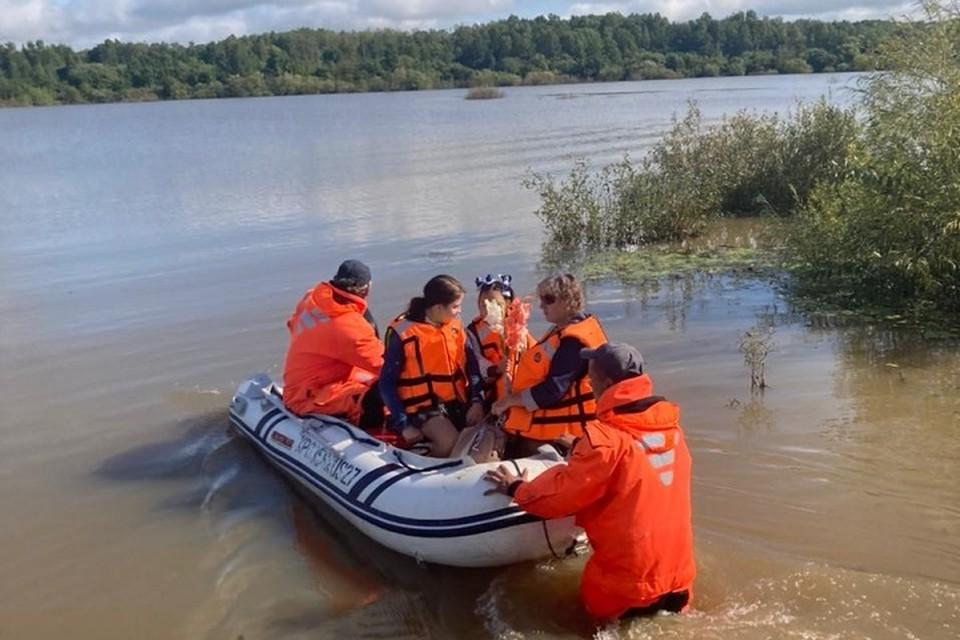 Спасатели помогли школьникам из затопленных районов Хабаровского края отпраздновать День знаний