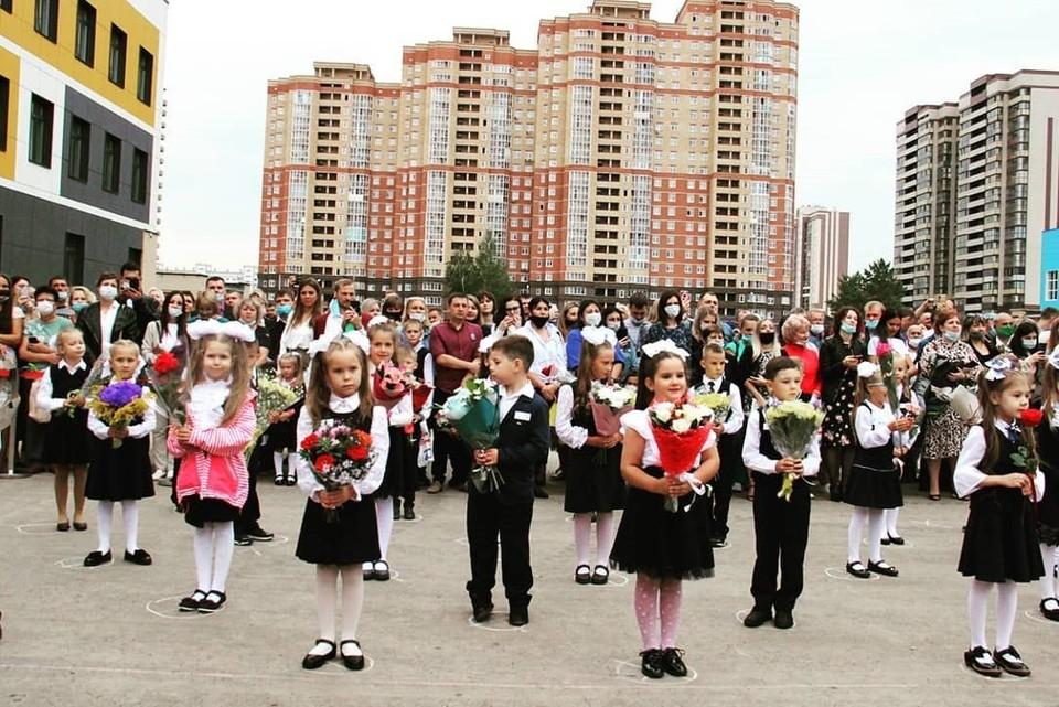 1 сентября в школах Новосибирска прошли линейки - не обошлось без ограничений. Фото: priozerny_novosibirsk