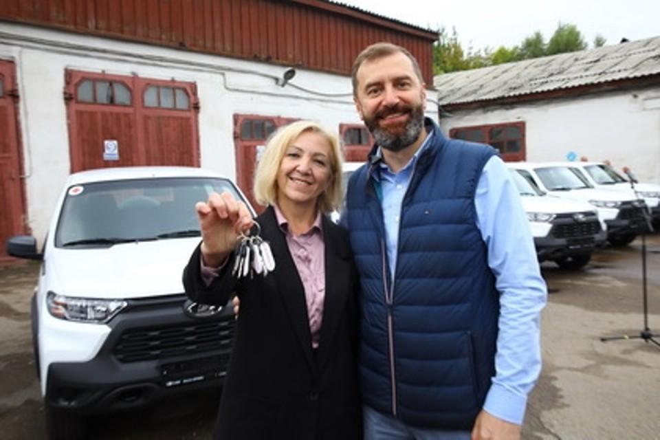 Александр Ведерников вместе с главой региона вручил медикам ключи от машин.