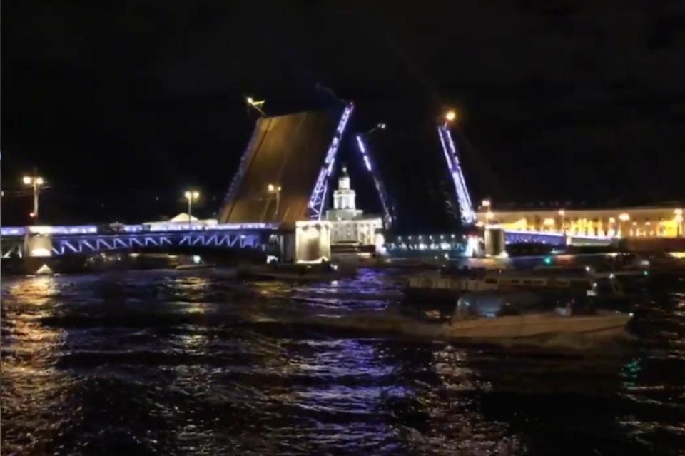 В Петербурге развели Дворцовый мост под джаз ко дню рождения Сергея Довлатова.