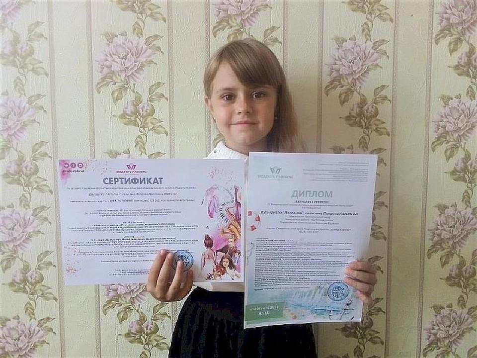 Ставропольская цирковая артистка получила награду. Фото: пресс-служба администрации Георгиевского округа.