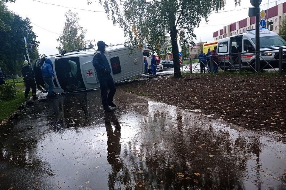 В ДТП со скорой пострадали четыре человека. Фото: vk.com/dtp47rus