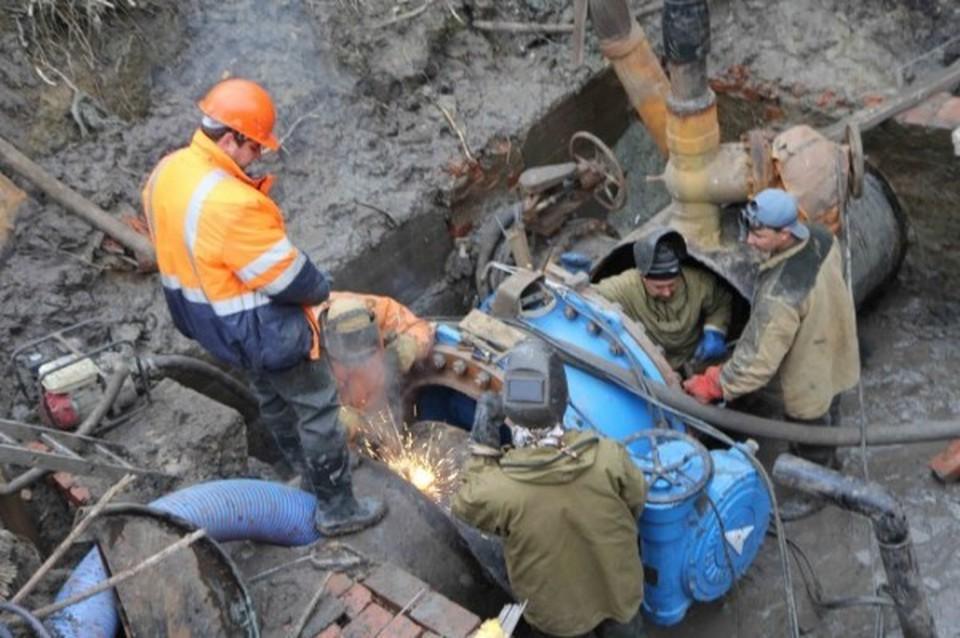 Продолжаются ремонтные работы областного водоканала на улице Азаровская.