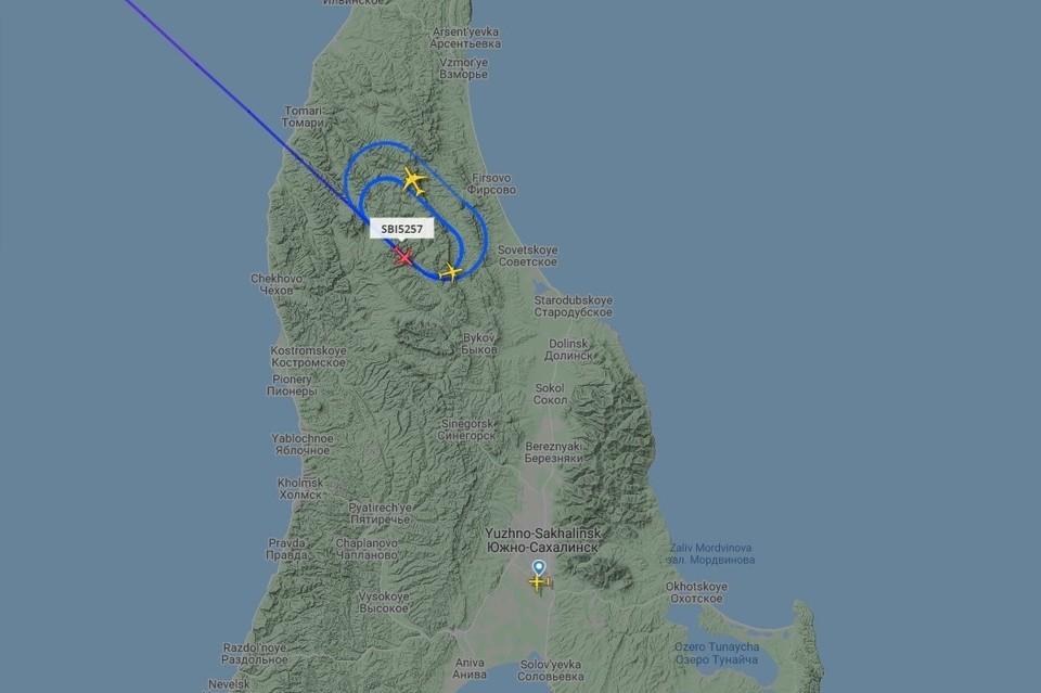 Три самолета кружат над островом и ждут улучшения погодных условий. Источник: flightradar24.com