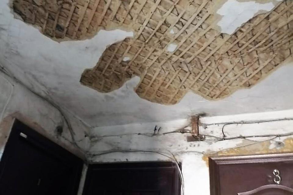 Дом признан аварийным несколько лет назад, он разваливается на глазах