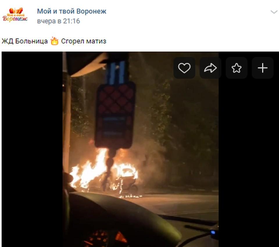 """Горящий """"Матис"""" сняли на видео. Фото: стоп-кадр с видео Дмитрия Титова."""