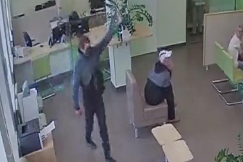 В Хакасии неизвестный устроил в банке стрельбу. Стоп-кадр видео