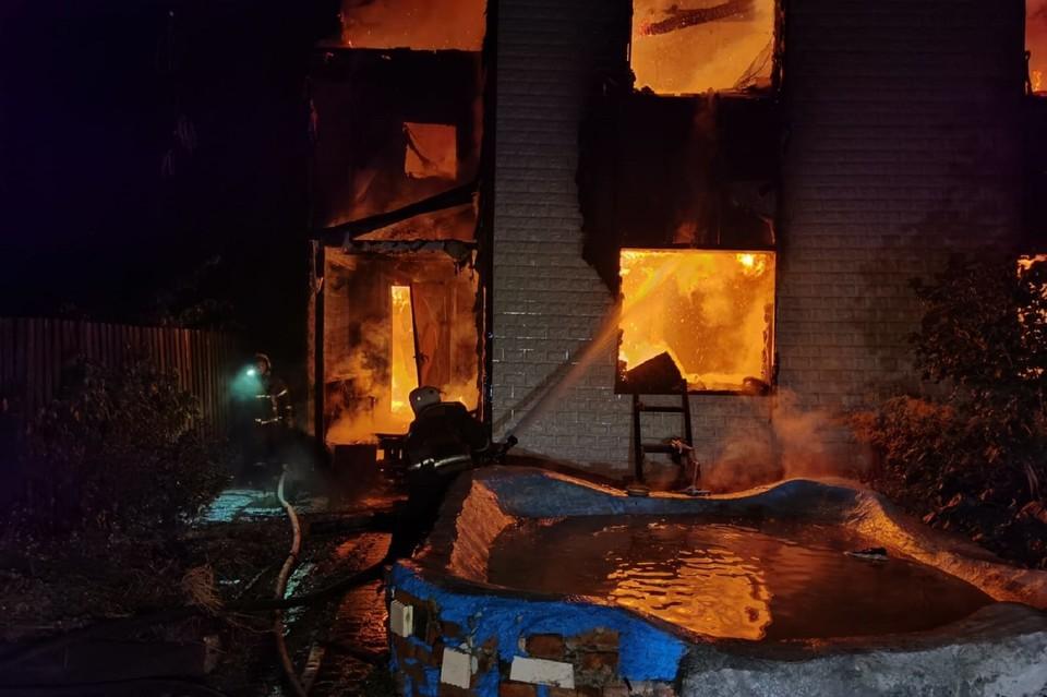 Огонь тушили почти час Фото: ГУ МЧС по Свердловской области