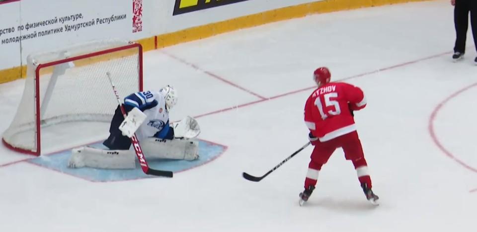 Константин Рыжов забрасывает Андрею Литвинову решающий буллит.