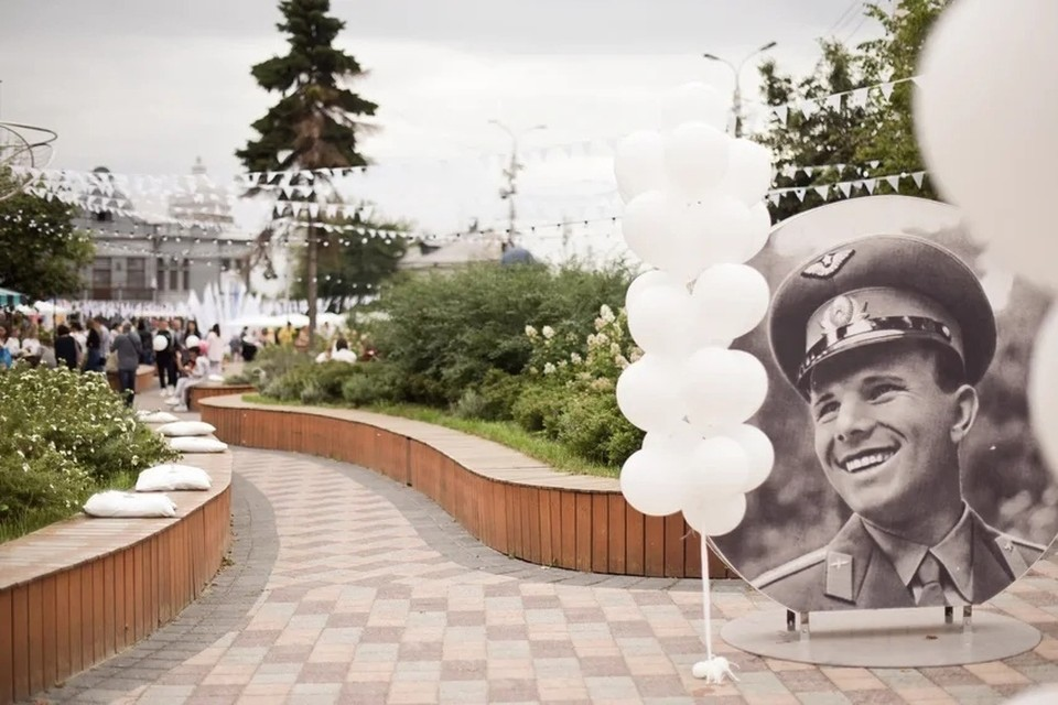 Сквер перед горуправой на улице Ленина.