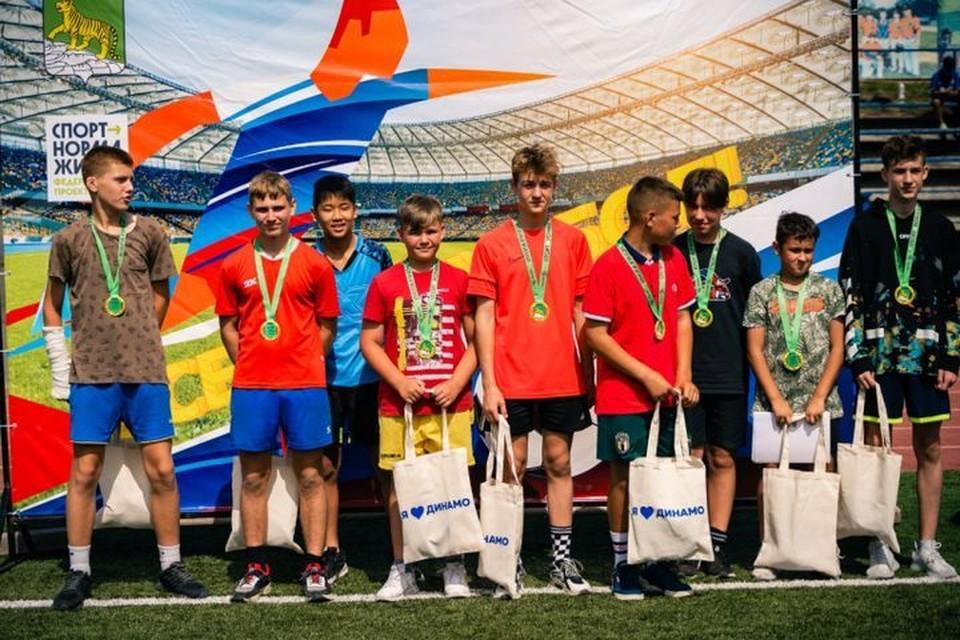 Ребят наградили памятными призами. Фото:управление физической культуры и спорта администрации г. Владивостока