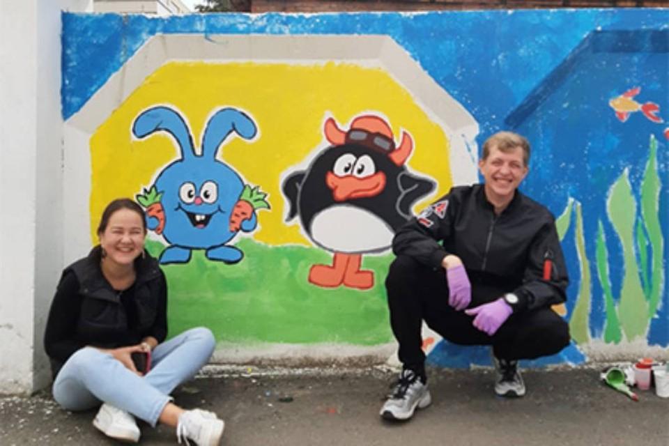 Больше 150 метров ограждения Ивано-Матренинской больницы разрисовали добровольцы в Иркутске. Фото: администрация Иркутска