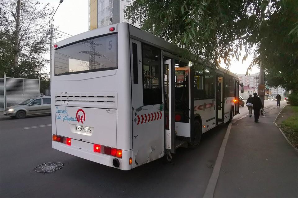 «Плакала и говорила, что на нее падали люди»: в Красноярске кондуктор травмировала руку после опасного маневра водителя автобуса