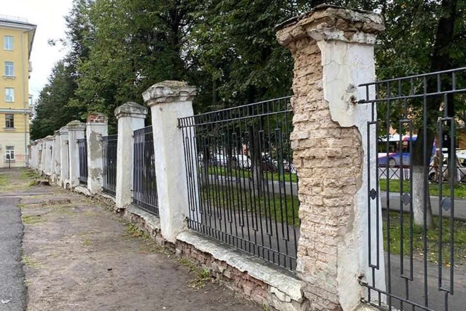 Ярославцы обратили внимание на опасный забор у школы №49. ФОТО: группа «Ярославль LIVE» ВКонтакте