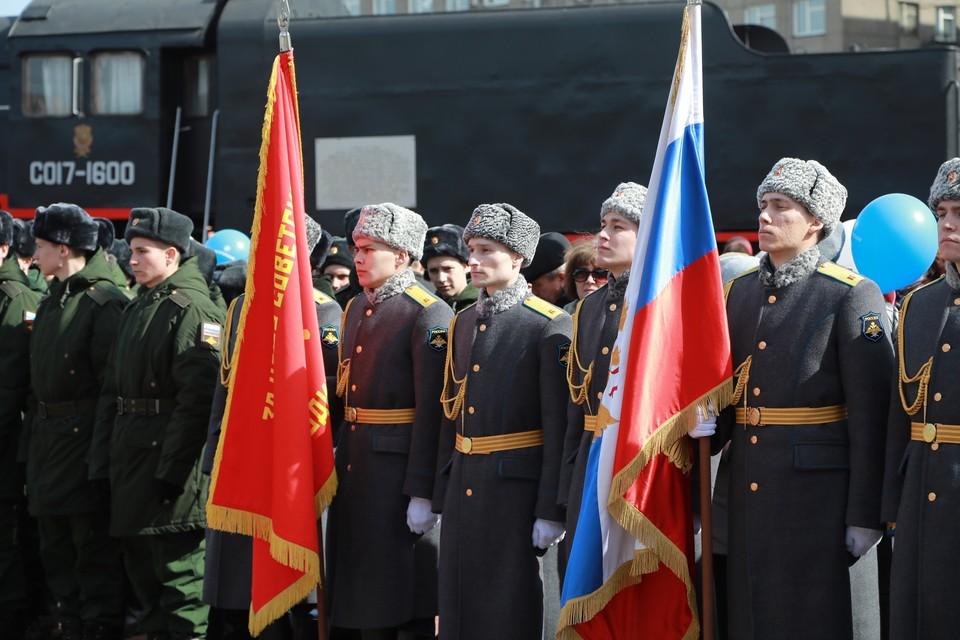 Российские военные и сотрудники правоохранительных органов начали получать единовременную выплату в 15 тысяч рублей.