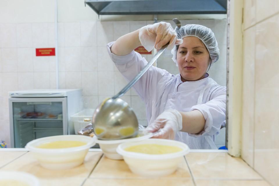 В Адмиралтейском районе города не хватает не только поваров, но и нянечек, уборщиц и другого обслуживающего персонала.