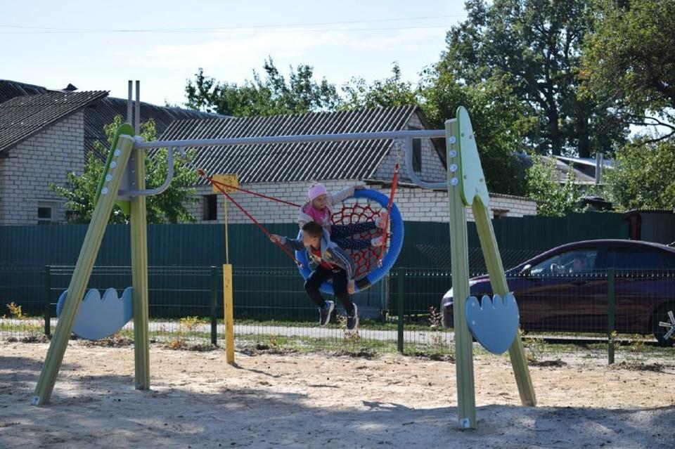 Установили новое игровое оборудование – качели, горки, турники, благоустроили прилегающую территорию. Фото пресс-службы администрации Ивнянского района.