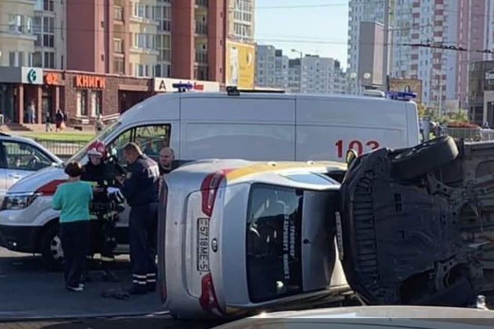 Крупное ДТП на Притыцкого – перевернулись две легковушки, одна вылетела на газон. Фото: Telegram-канал Koko_by