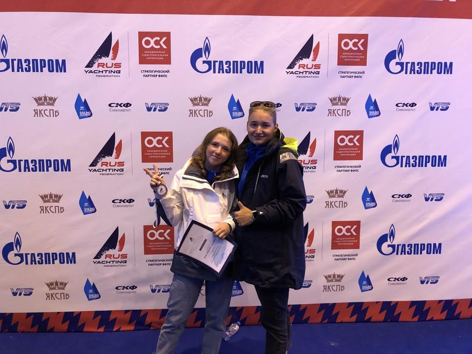 Полина Христникова (справа)