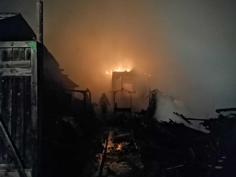 Пожар охватил три дома и оставил без крыши четыре семьи. Фото: пресс-служба ГУ МЧС России по Омской области