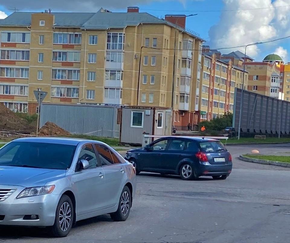 Виновник на синем авто, удаляющийся в даль. Фото Юлия Малкова