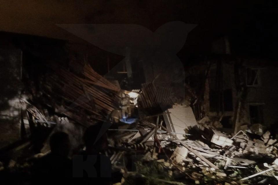 Из-под завалов дома достают людей