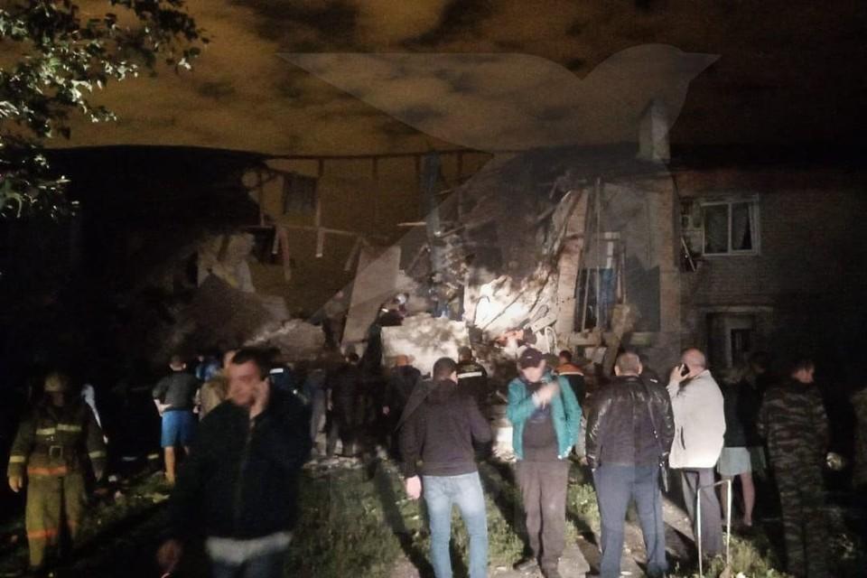 Из-под завалов продолжают доставать людей