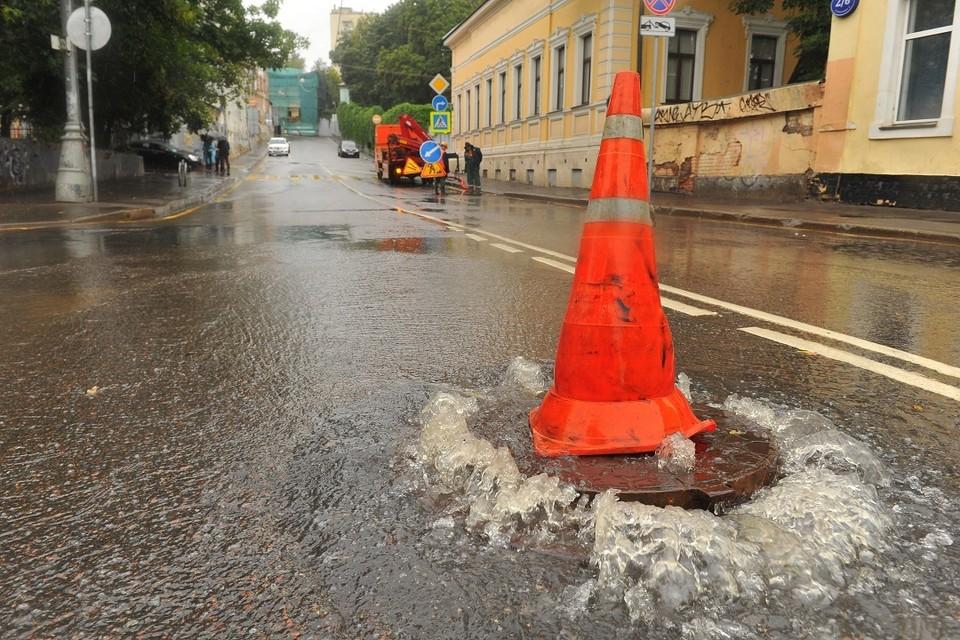 В Бердске улицу затопило фекалиями из-за забившегося коллектора.