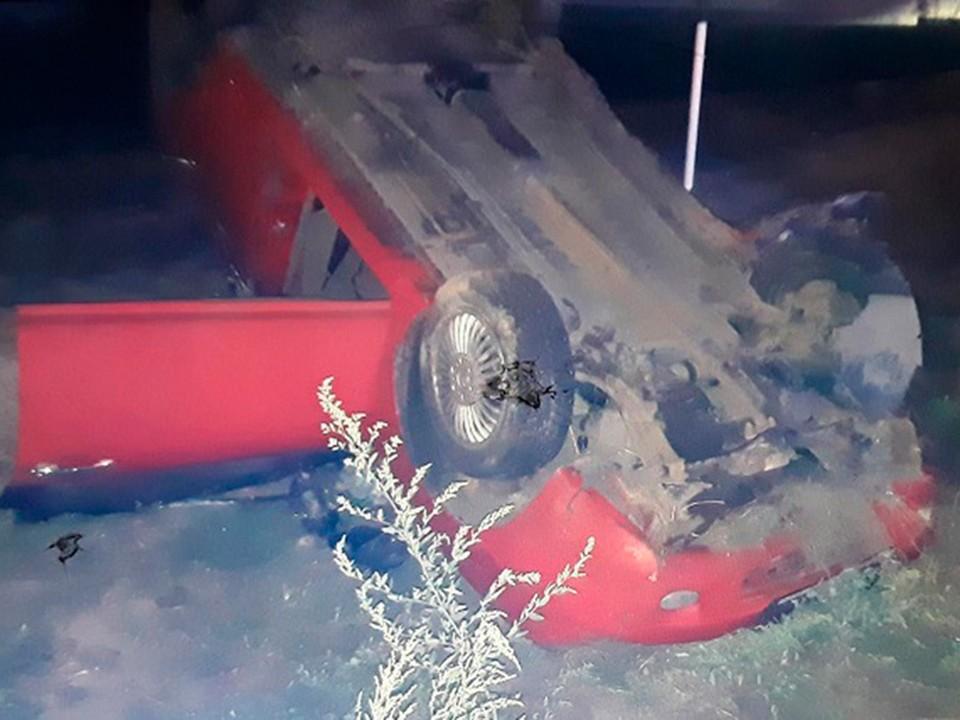 Автомобиль наехал на бордюрный камень, вылетел в кювет, врезался в электроопору и перевернулся - водитель погиб.