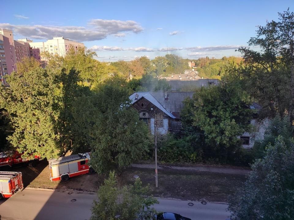 На месте как минимум 5 пожарных машин.