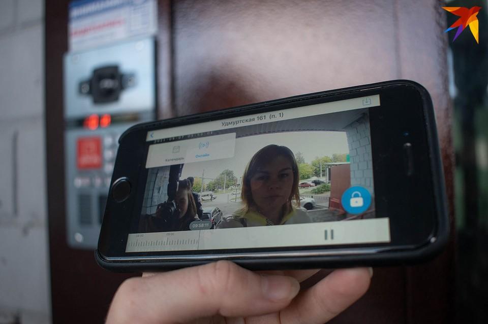 На экране своего мобильного телефона вы увидите, кто звонит в вашу дверь, и сможете поговорить с посетителем