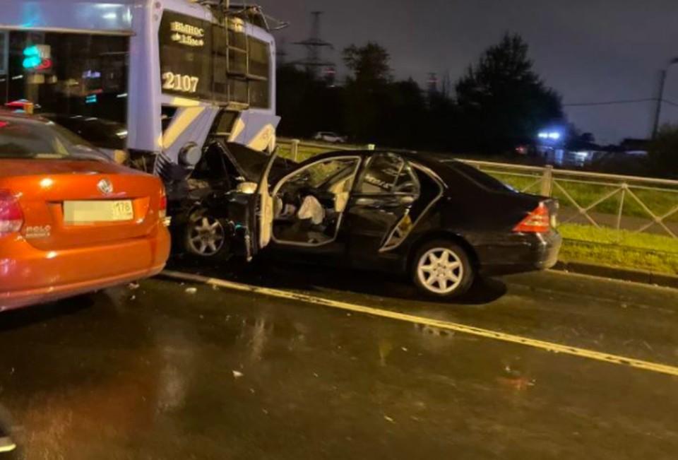 В ДТП с троллейбусом на Маршала Блюхера скончался водитель Mercedes