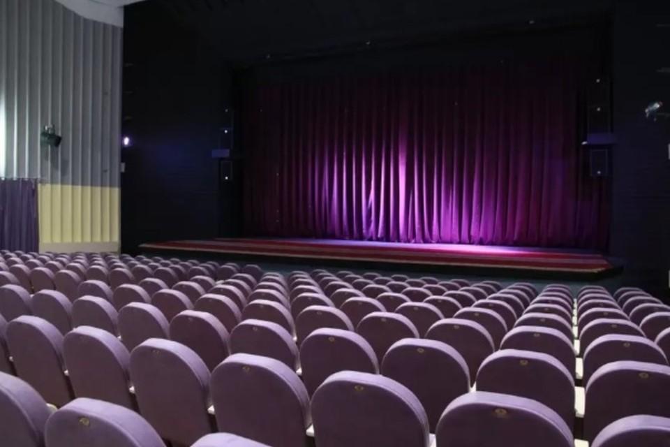Девушки предлагают сходить в театр на постановку гастролирующей труппы и скидывают ссылку на фишинговый сайт, где продаются билеты