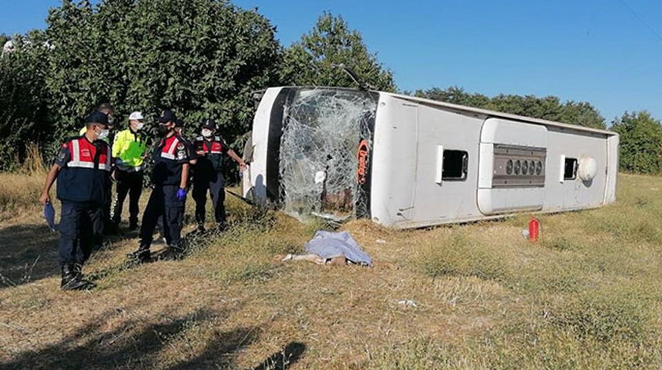 В Турции туристический автобус попал в аварию, есть жертвы. Фото Demirören News Agency.