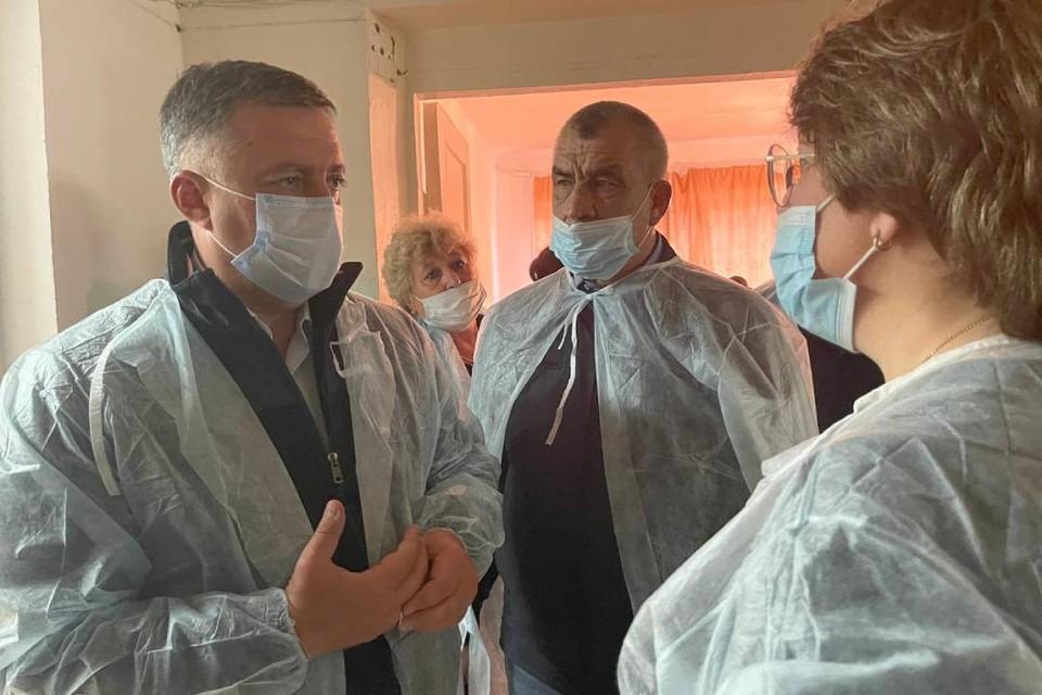 Игорь Кобзев навестил пострадавших при крушении самолета L-410 в Казачинско-Ленском районе. Фото: Пресс-служба правительства Иркутской области.